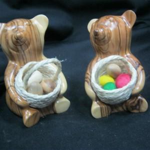 Bear carrying an Easter basket - 3110